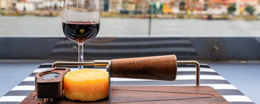 Glas portvin och ett litet hjul med ost