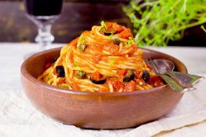 Paste med tomatsås och oliver