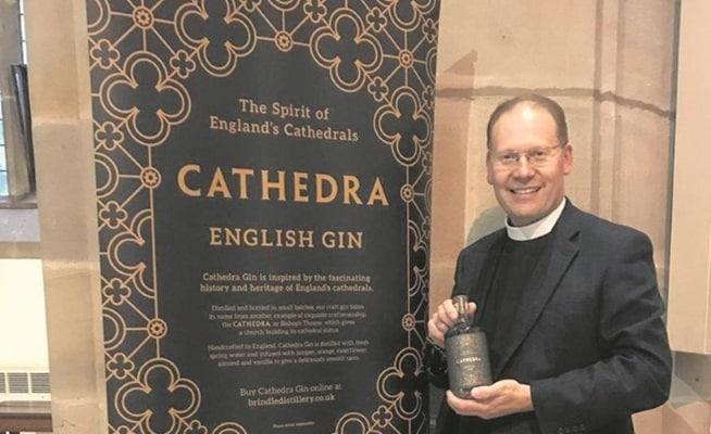 Peter Howell Jones, dekan i Blackburn, håller i en flaska gin