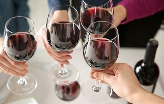 skålar med rött vin i glas