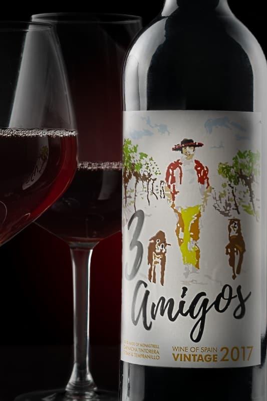 1 flaska 3 Amigos med 2 glas rödvin