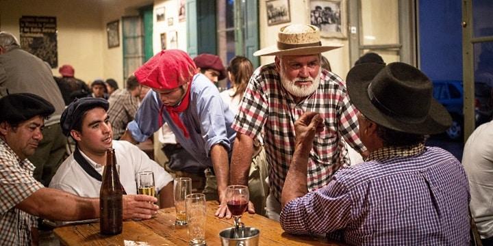 bar i Argentina och män med hattar som dricker vin