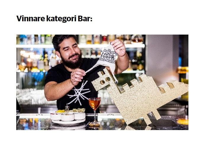 i baren, en bartender med drink och pris