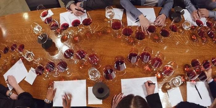ett långbord ed en massa glas och protokoll för vinprovning