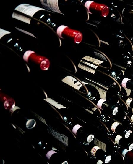 en vinsamling i en vinkällare