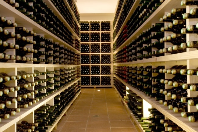 Helgmiddag och källare med många vinflaskor