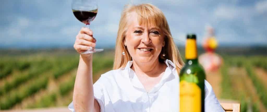 chefsvinmakare Elena Adell med ett glas vin i handen