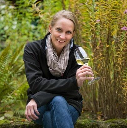 vinmakare Eva Fricke med ett glas vin i handen