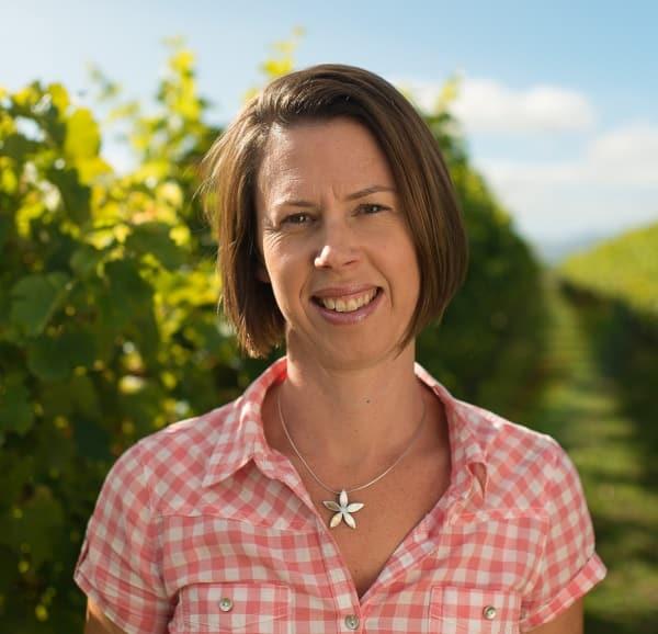 Helen Morrison ute i vingården