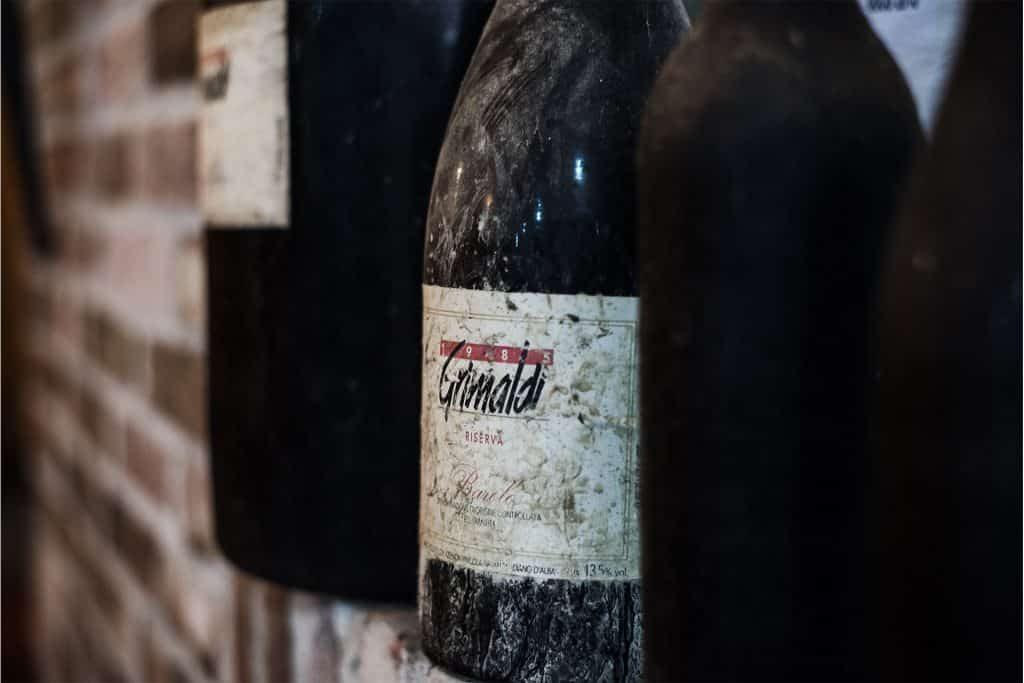 en gammal dammig flaska Dolcetto vin från Grimaldi