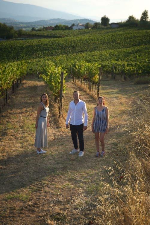 Madia och barnen i familjen ute i vingården