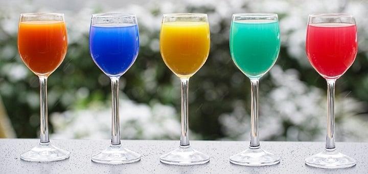 cocktails: färgglada cocktails på en rad
