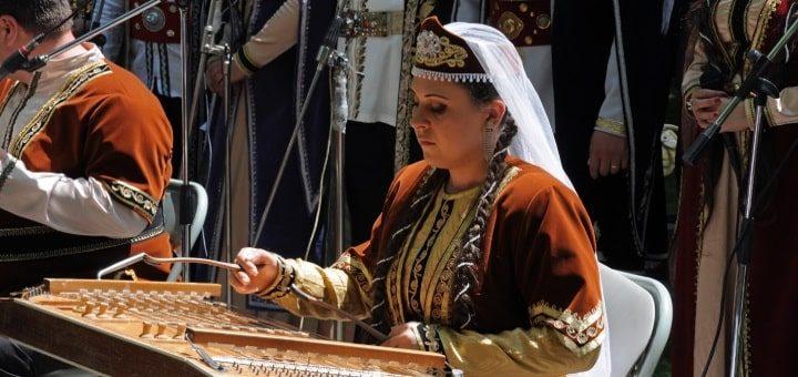 armenien dam som spelar cittra