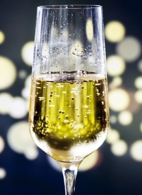 ett glas med bubblande Moscato