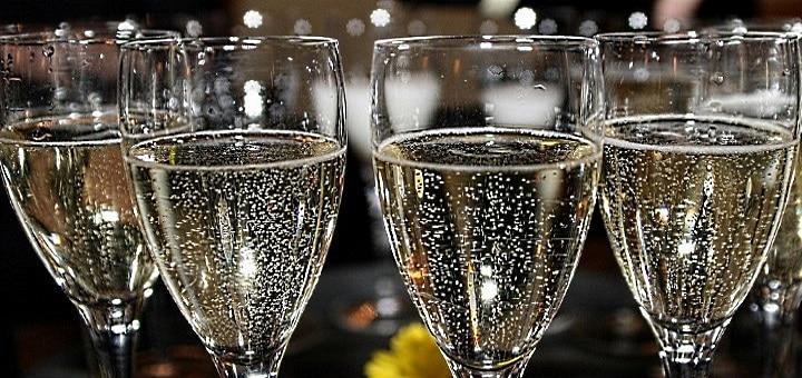 glittriga glas med bubbelvin