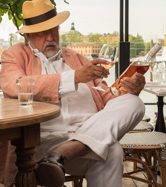 GW:S ROSA Leif coolar ner med ett glas rosé