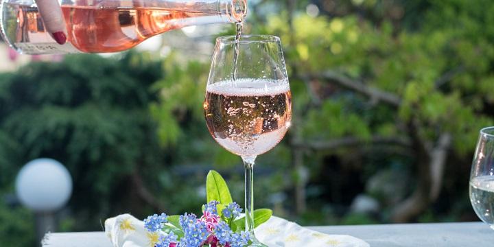 provence: ett glas rosé hälls upp