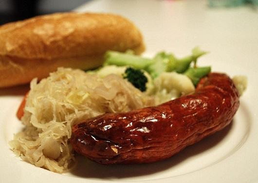 bratwurst: med surkål