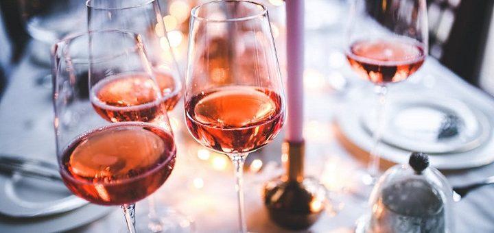 sommarrosé: fint dukat bord med rosévin
