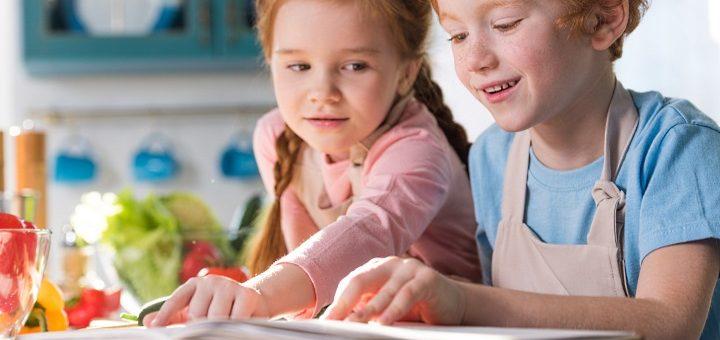 Kokböcker: 2 barn i köket med en kokbok
