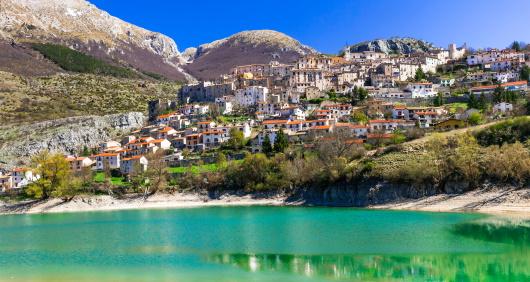 Abruzzo - utsikt över by och havet framför
