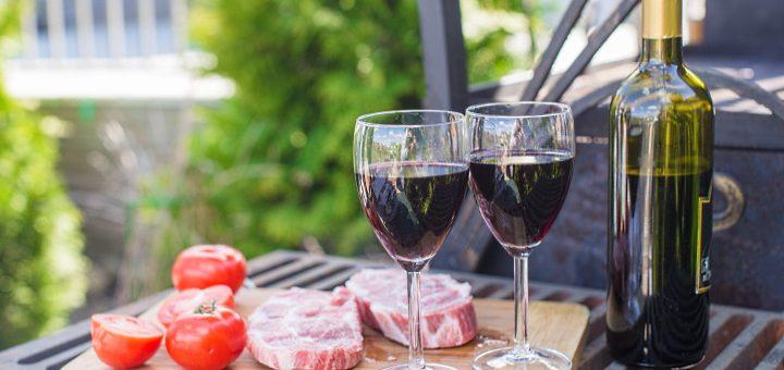 ekologiska viner - 2 glas och kött som ska grillas