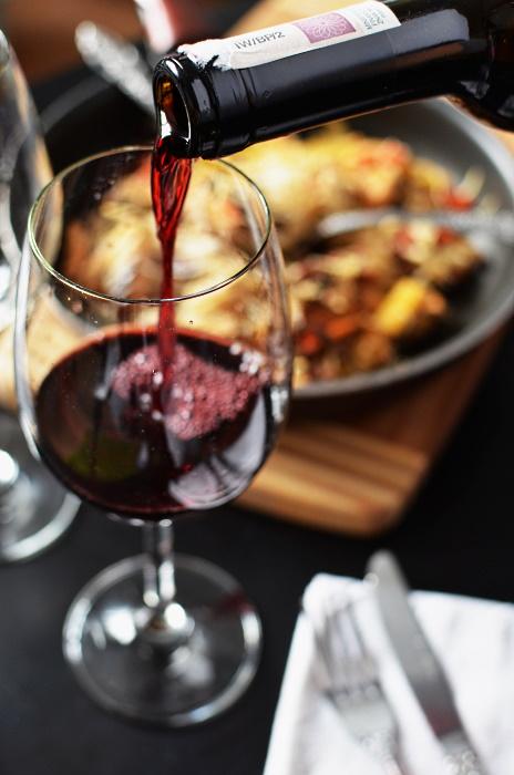 ekologiska viner - bild på ett glas , lite mat och en flaska