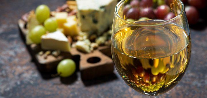 Sauterne: ett glas sött vin med ost