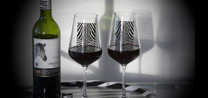 Zebra-vin - bricka med glas och vin allt zebramönstrat