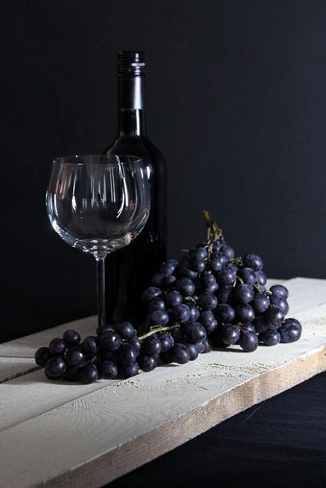 ekologiska - rött vin i flaska och druvor