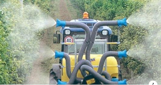 ekologiska - traktor som besprutar vinodling