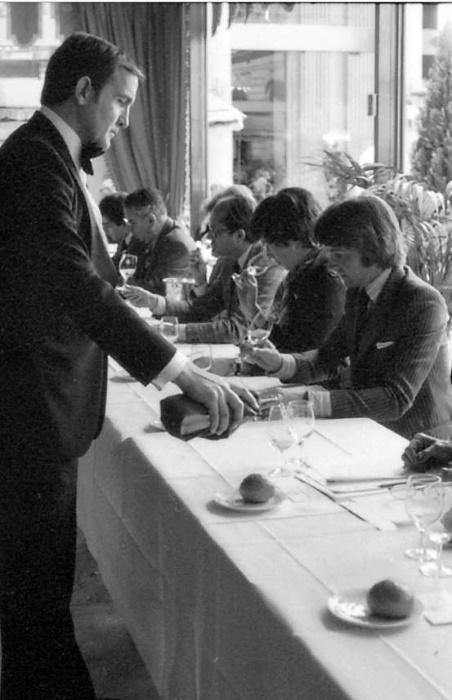 blindprovning - kypare häller up viner