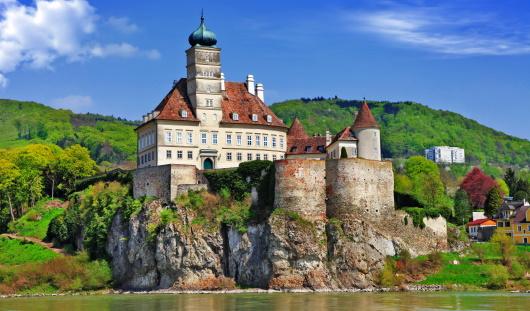 Öasterrike - e vy över en liten by vid Donau