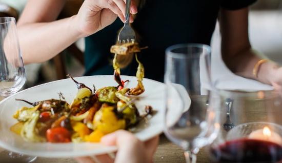 Macha mat och vin - kvinna som äter mat en tallrik