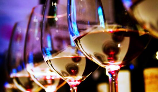 marcha mat och vin - vita vinglas på rad