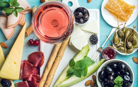 atcha mat och vn - olika typer av mat och ett glas rosé