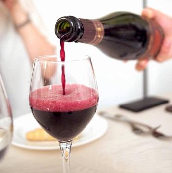 Lambrusco - ett glas hälls upp