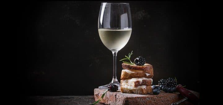vindruva - Côtes-de-Jura -Chardonnay-e-ett-glas-med-mumsiga-tilltugg