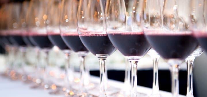 Super Toscanare - glas med rött vin på rad