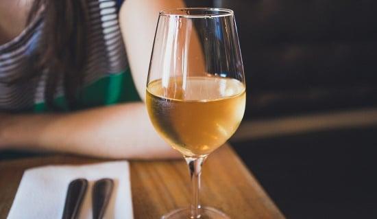 vindruva - ett glas chardonnay på ett dukat bord