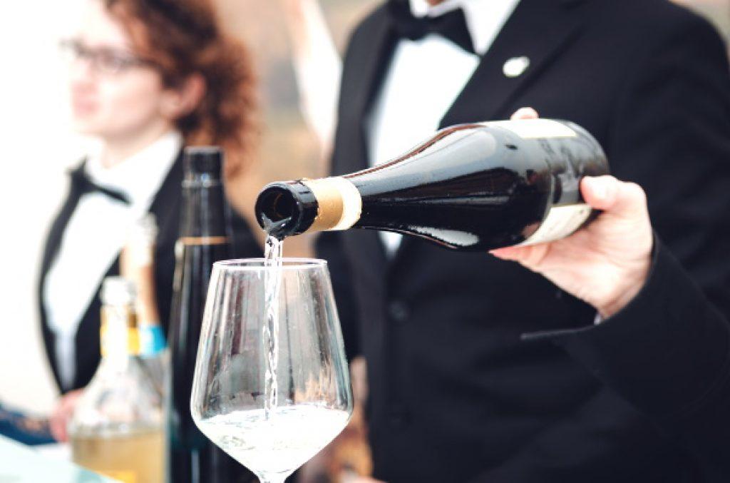 Castiôn Moscato d'Asti - håller i flaska och häller upp