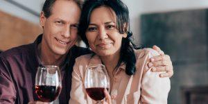hjärtans - ett leende par med vinglas