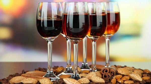 sherry - flera glas sherry och lite nötter