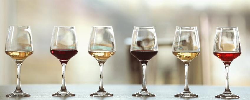 Four Cousins Crisp White - frontbild med flera olika viner i glas