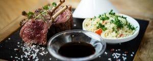 Bordeaux-vin Chateau Mayne Lalande - matbild med lamm och couscous