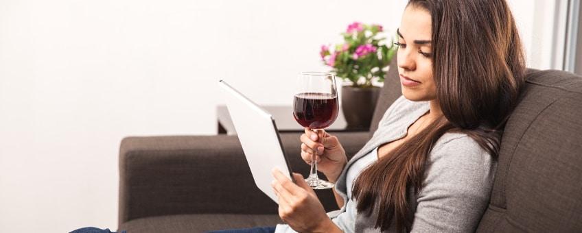 liveprovning -flicka med vinglas i soffan