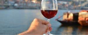 spanska viner - ett glas i handen