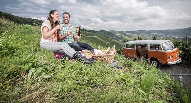Mosel - ett par på picknick med vin och mat