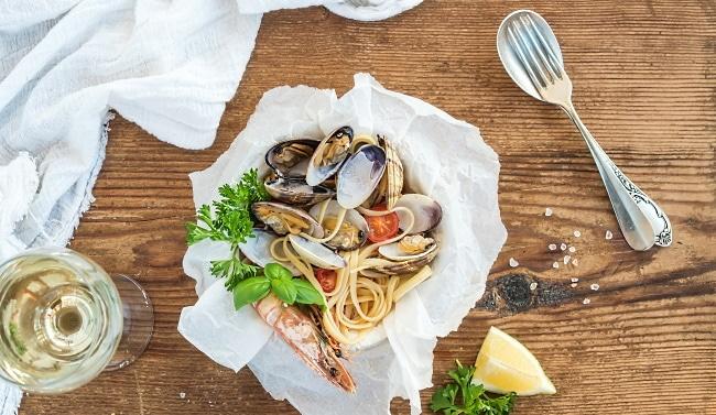 vita druvan med mat och skaldjur