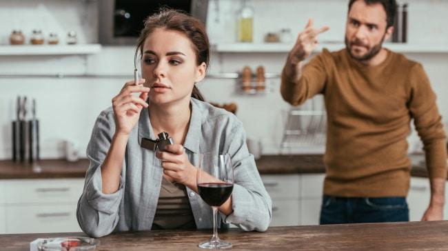 föräldrar som dricker - ett par som bråkar